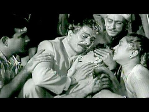 Parvarish Scene 18/18 - Mehmood and Raj Kapoor embraced by Father